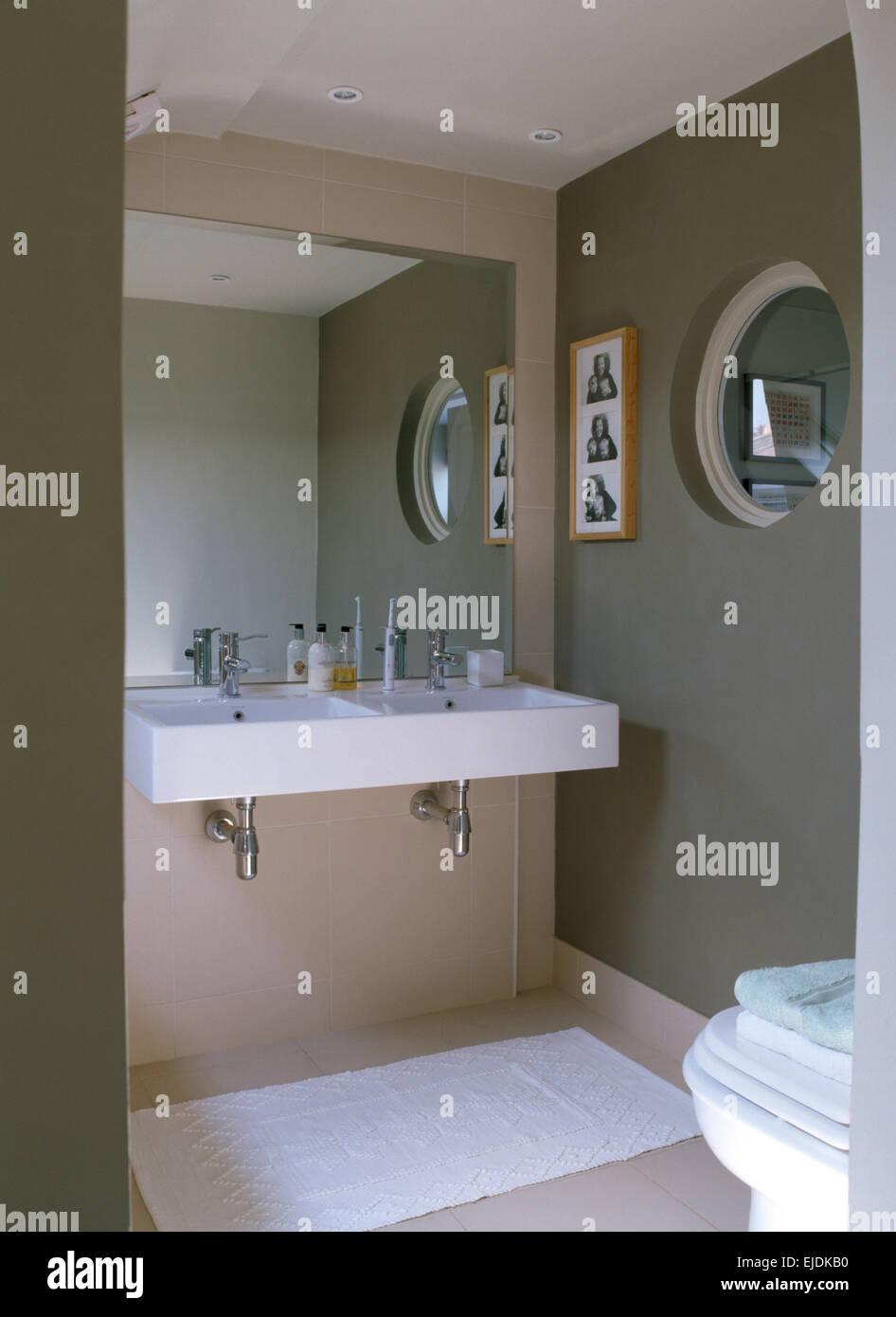 Große Spiegel über rechteckige Wand montiert Waschbecken im ...