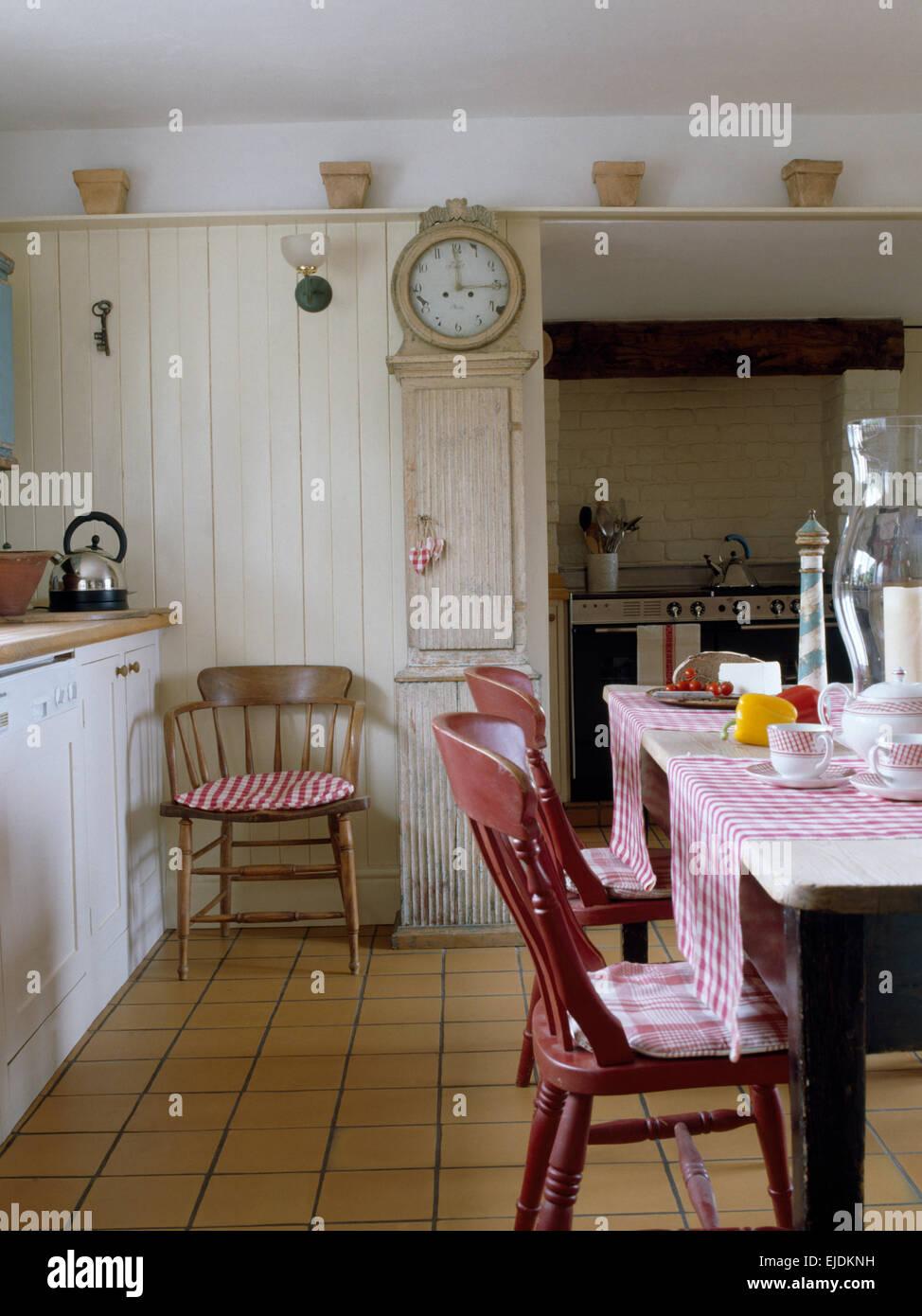 Schwedische landhausküche  Skandinavischen Stil Uhr im Landhaus-Küche mit Fliesenboden und ...