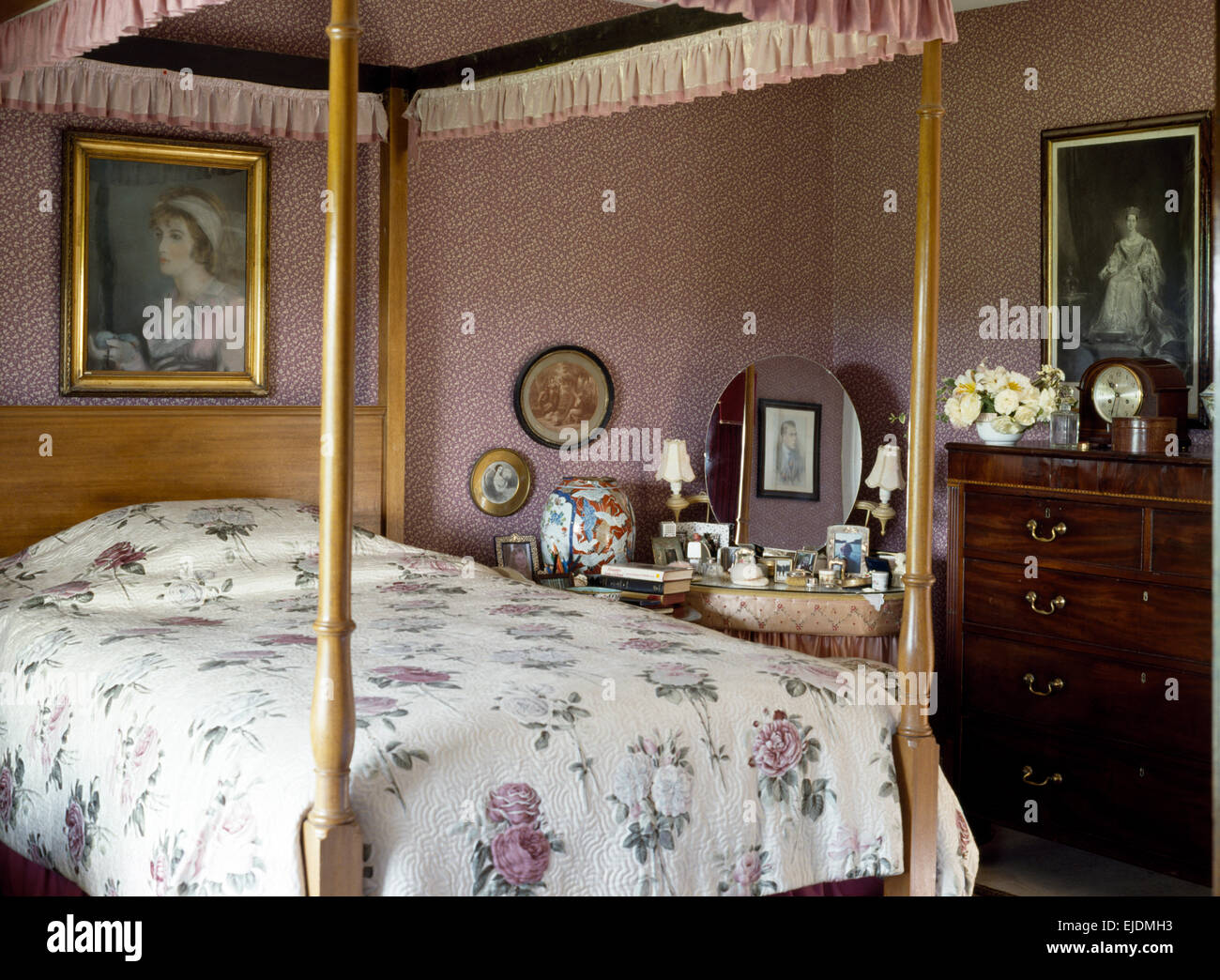 Rosa Tapete Und Antiken Himmelbett Mit Lila Rose Gemusterter Quilt In  Achtziger Jahre Land Schlafzimmer