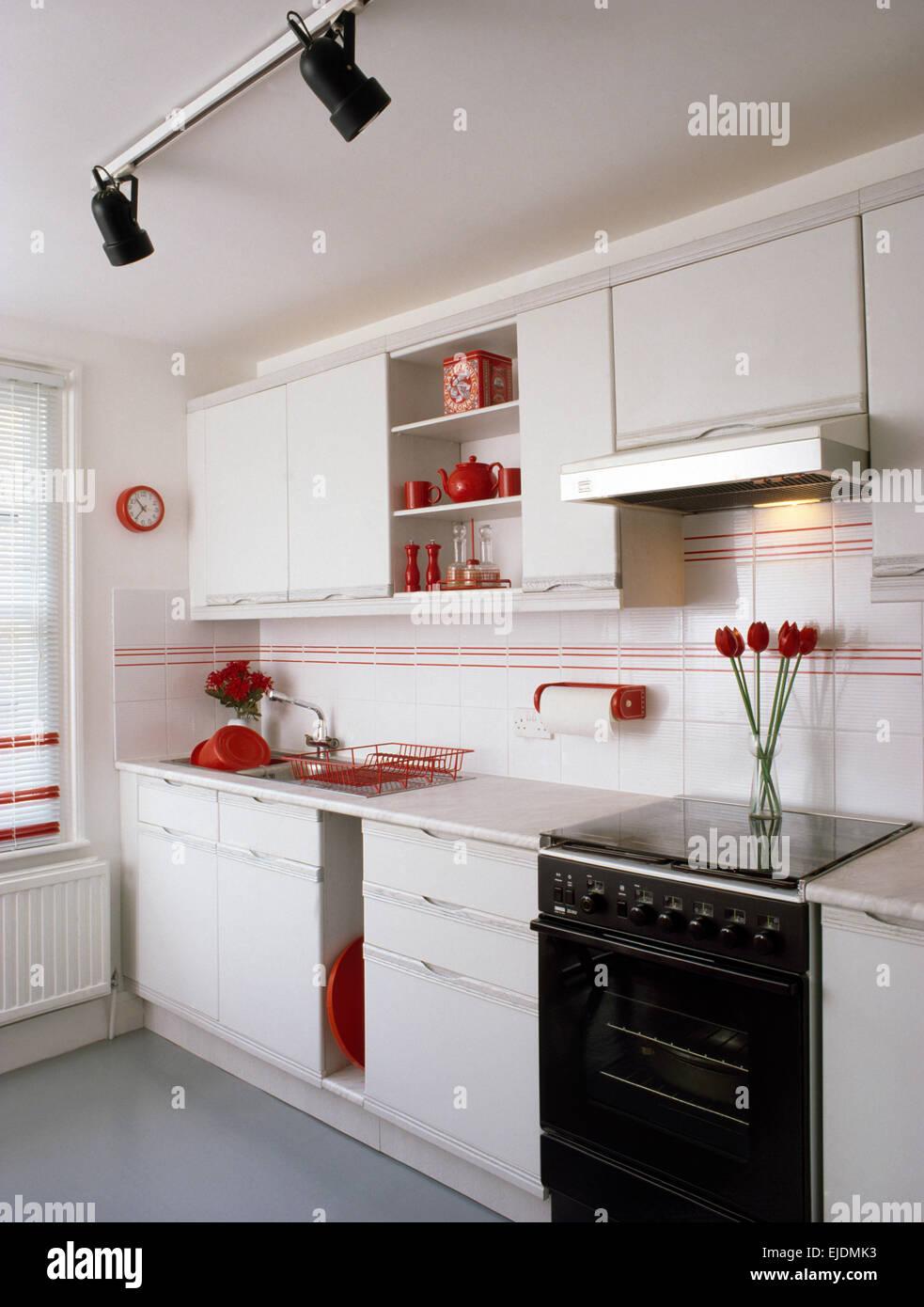 Schwarz Gasofen In Weißen 80er Jahre Küche Mit Roten Details Und  Schienensysteme Stockbild