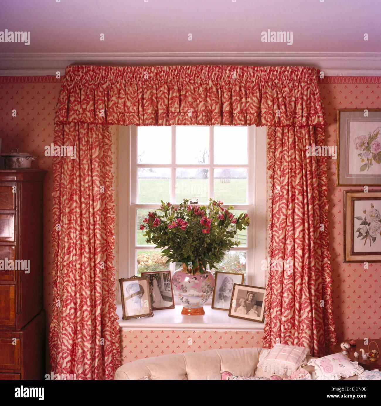 Rot gemusterte Vorhänge am Fenster im Ferienhaus Schlafzimmer ...