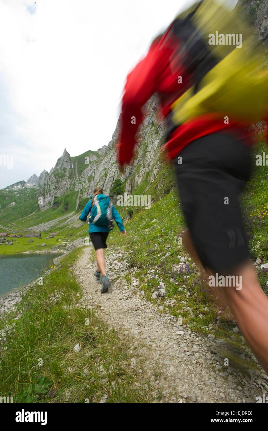 Mann und Frau Wandern, Appenzellerland, Schweiz. Stockbild
