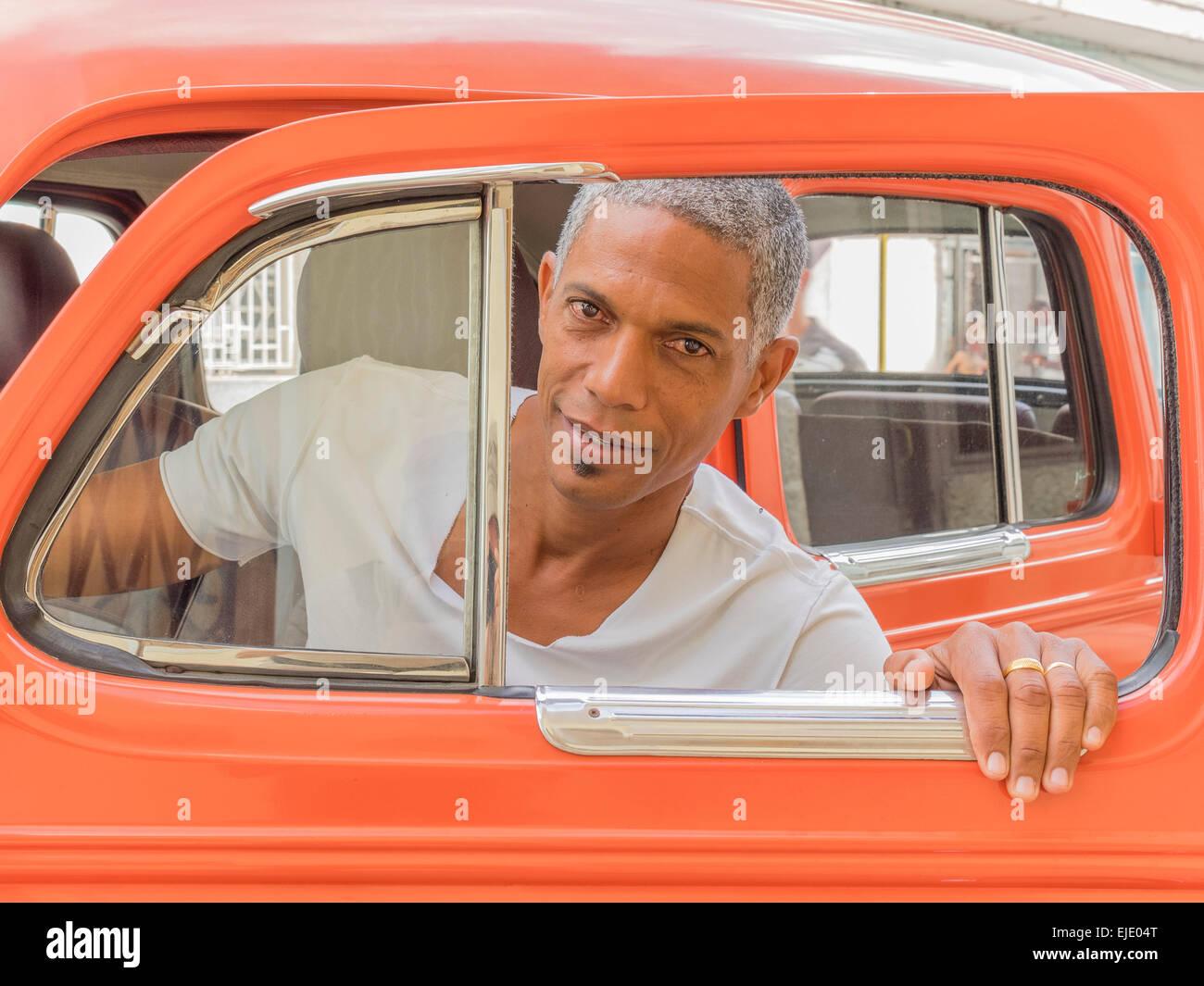 Kubanische Mann schaut aber seine orangene Auto Tür Fensterrahmen in ...