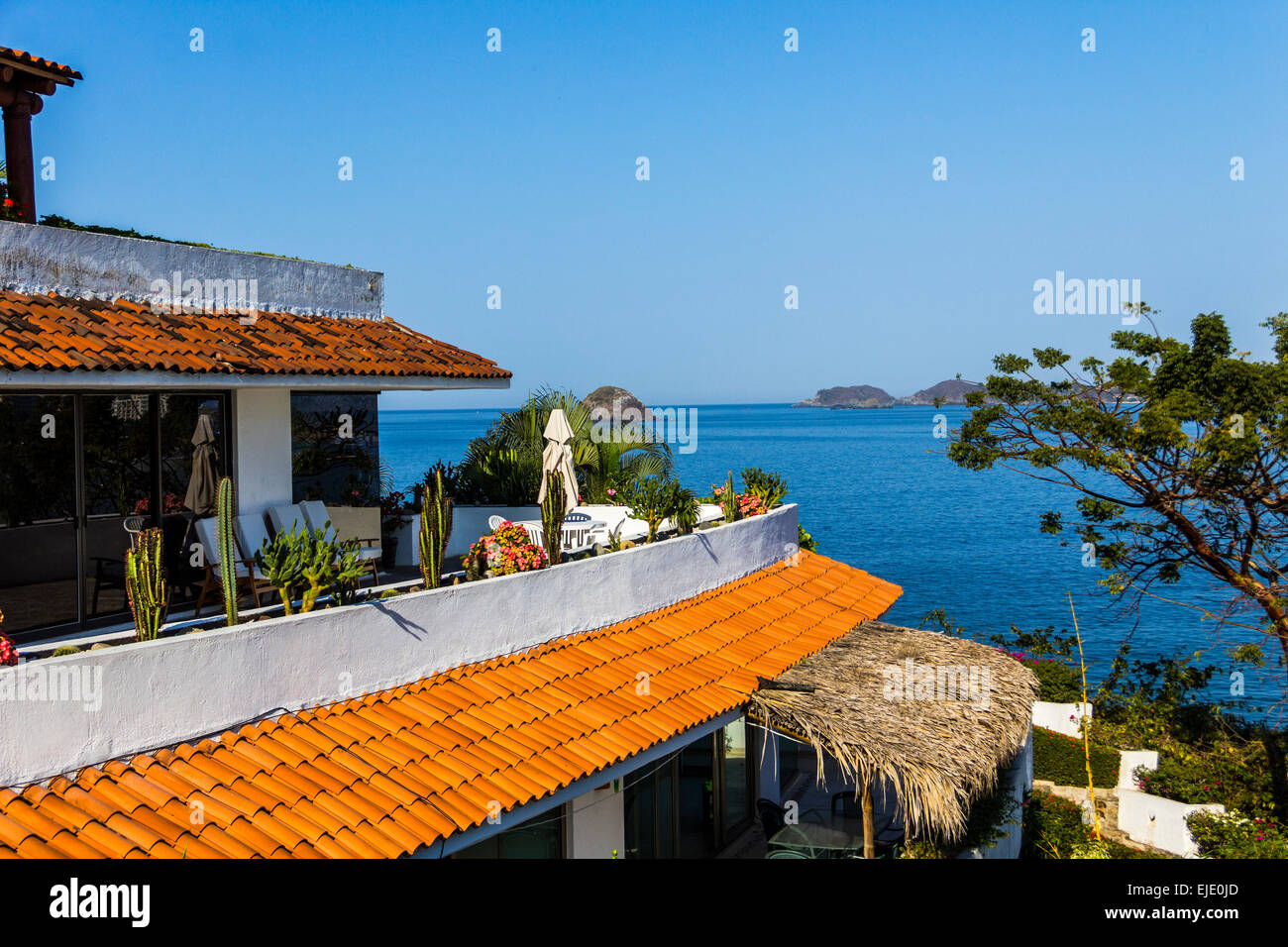 Rotes Ziegeldach des mexikanischen Villa mit Blick auf Wasser von Ixtapa/Zihuatanejo Bucht. Stockbild