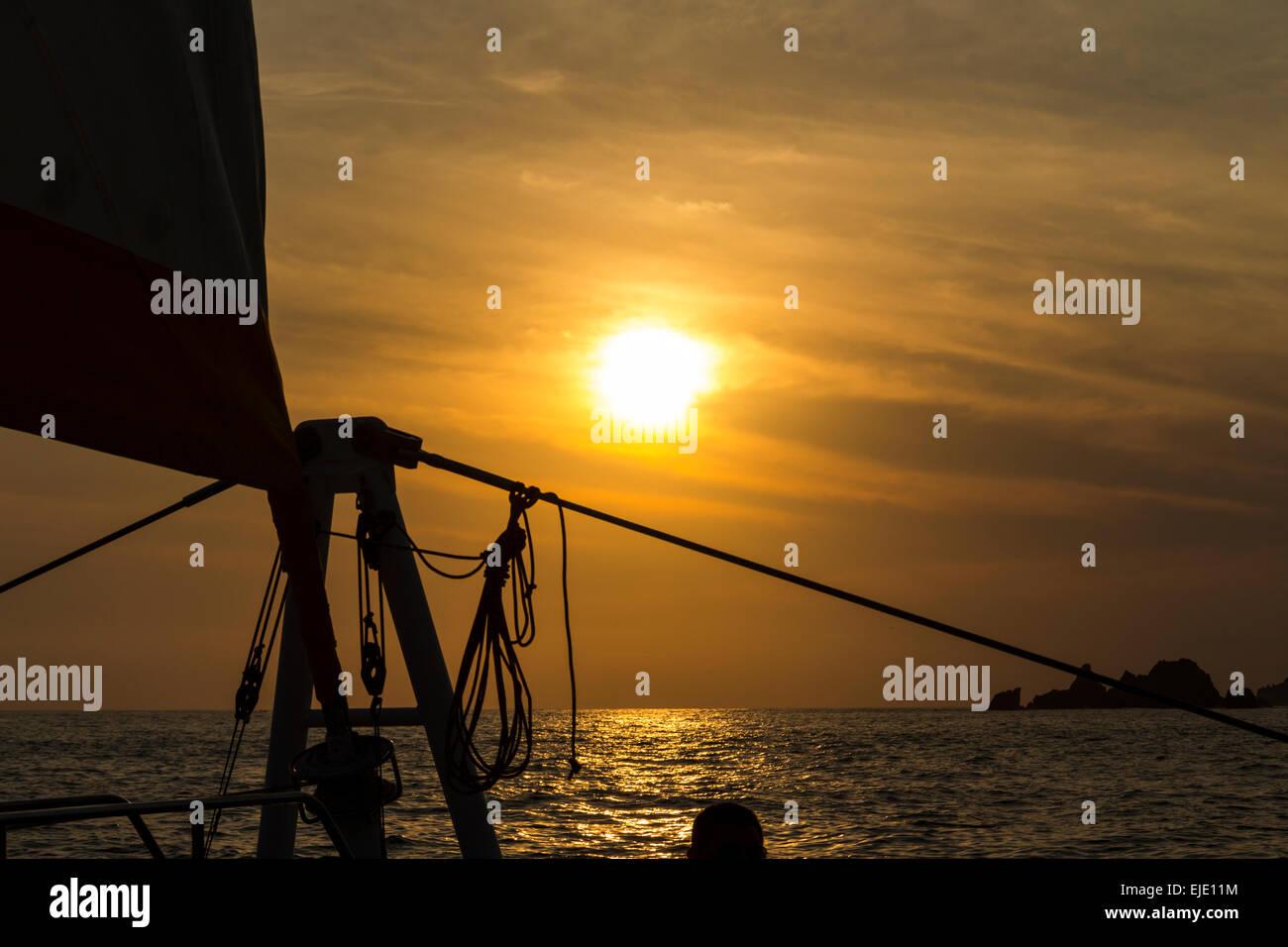Takelagen das Segelboot Silhouette gegen die untergehende Sonne bei Ixtapa Mexico. Stockbild