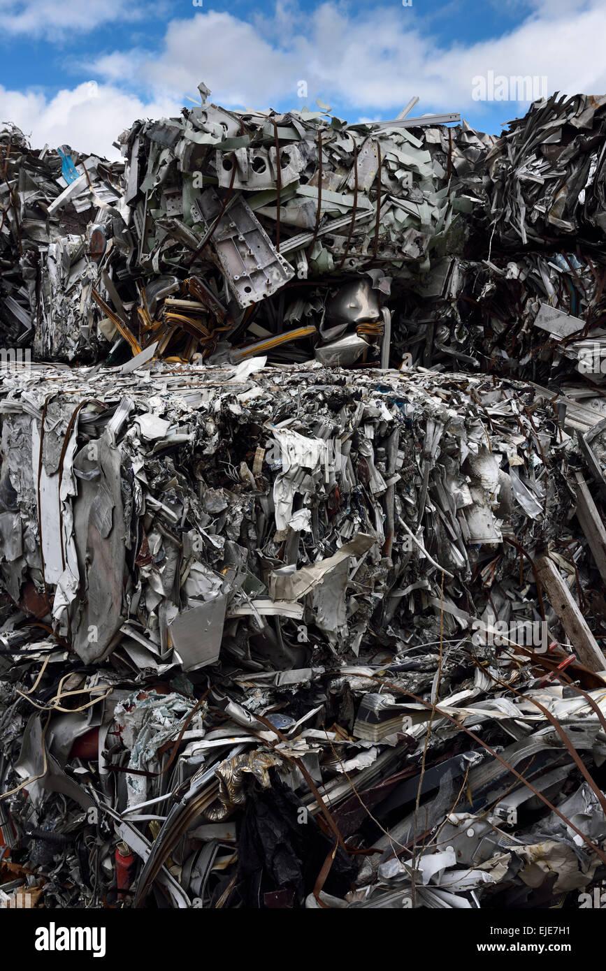 Recycling-Dump mit Ballen aus zerkleinerten Recycling Schrott Metall und blauen Himmel Wolken Toronto Stockbild