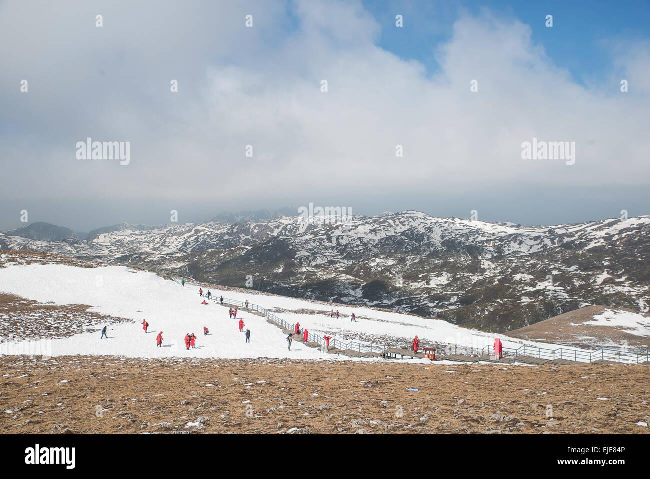 Viele Touristen spielen Schnee im Tal des blauen Mondes im Shangri-La, Yunnan Provinz, China. Stockbild