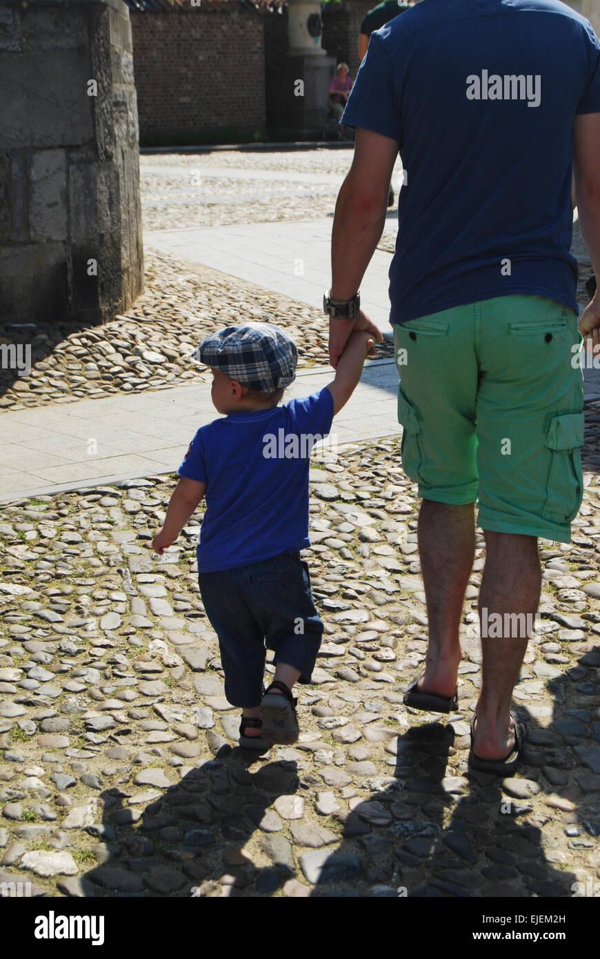Vater und Sohn zu Fuß Stockfoto
