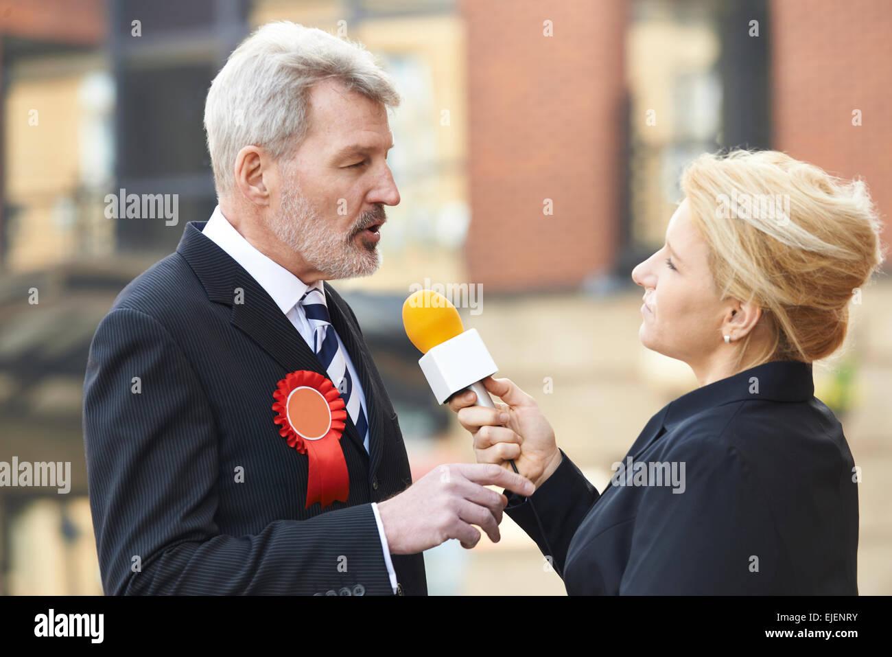 Politiker, die während der Wahlen von Journalisten interviewt Stockbild