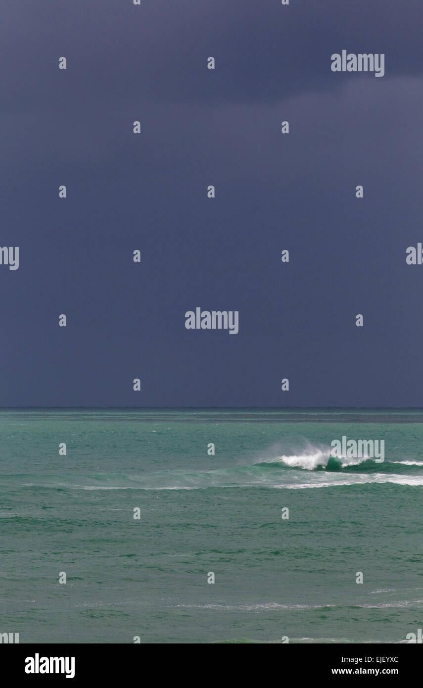 Hintergrund von Meer und Himmel, dunklen Gewitterhimmel und türkisblauem Wasser mit Welle Stockfoto