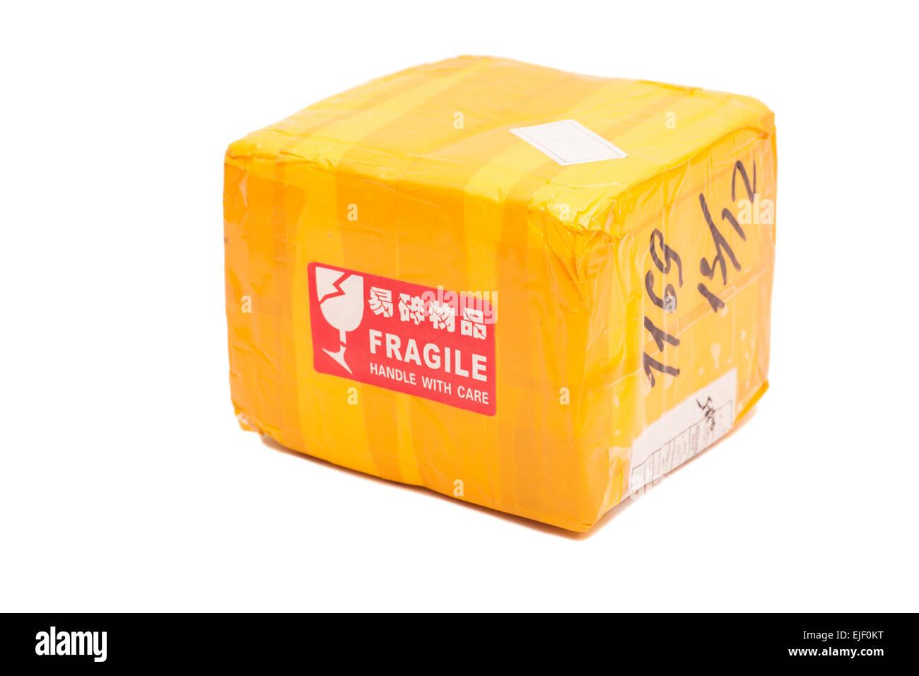 post paket oder versandbox mit einem fragile handle with care aufkleber stockfoto bild. Black Bedroom Furniture Sets. Home Design Ideas