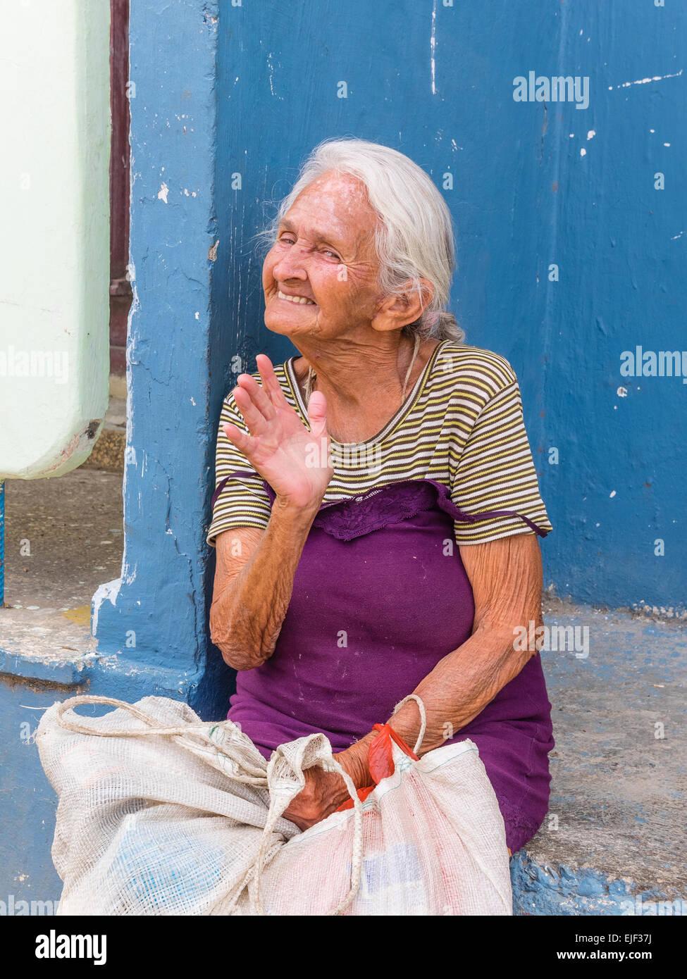 Eine lustige weiblichen Senioren Gesten und lächelt, als sie nach vorne in Siboney, Kuba gegenübersteht. Stockbild