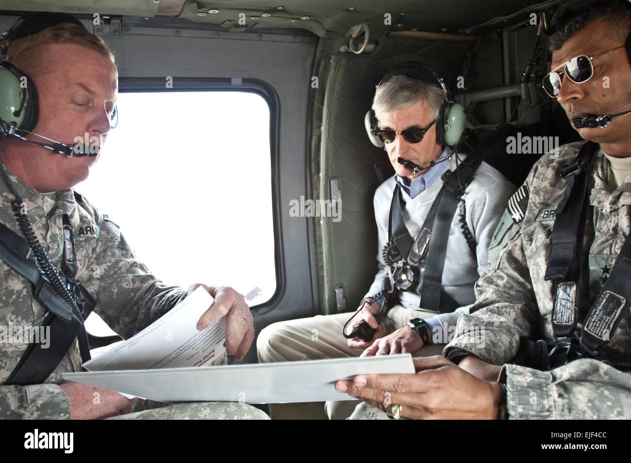 Secretary Of The Army John McHugh erhält eine kurze von Generalmajor Kenneth S. Dowd links und Generalleutnant Vincent Stockfoto