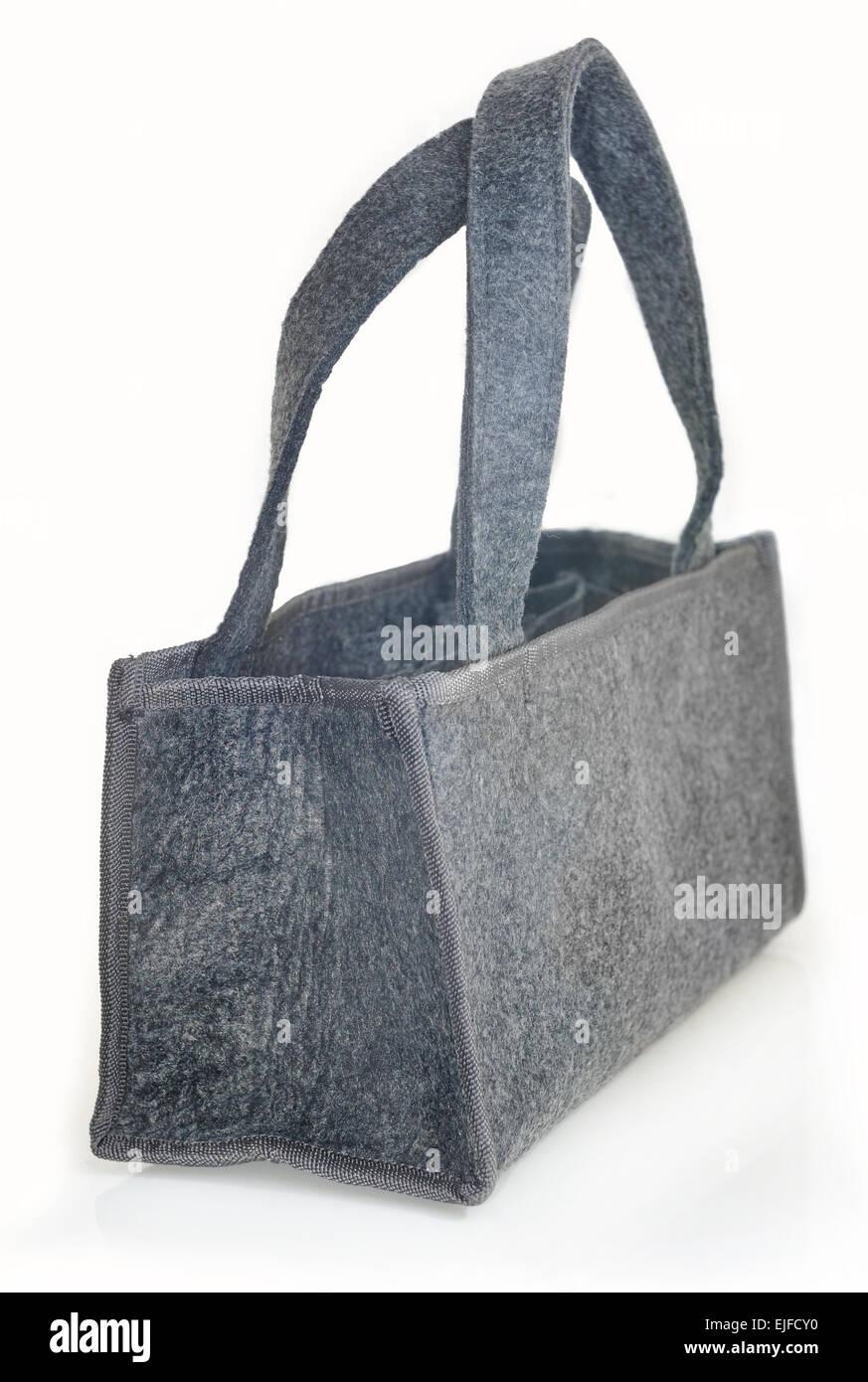 fa264e313e367 Die graue Tasche aus Filz auf einem weißen Hintergrund. Stockbild