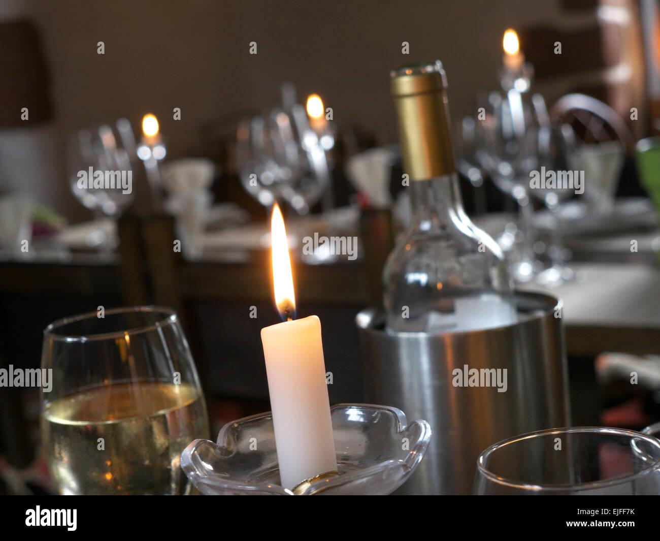 Ein romantisches Abendessen bei Kerzenschein speisen Wein Bar Restaurant Tabelle Tabellen Innenraum Stockbild