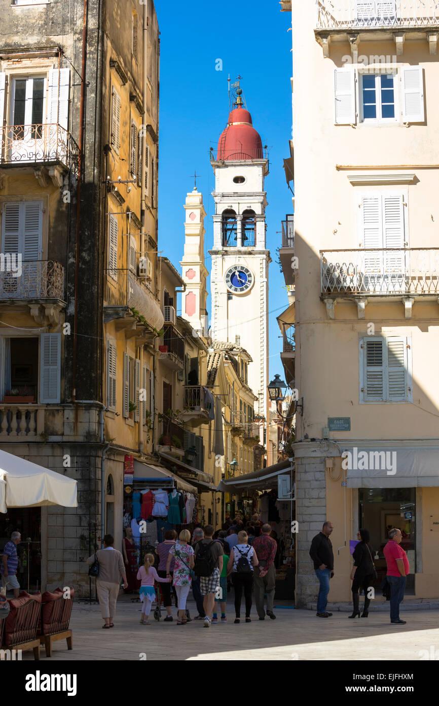 Straßenszene von Spianada und Kirche des Heiligen Spyridon mit traditionellen Uhr Glockenturm in Kerkyra, Korfu, Stockbild
