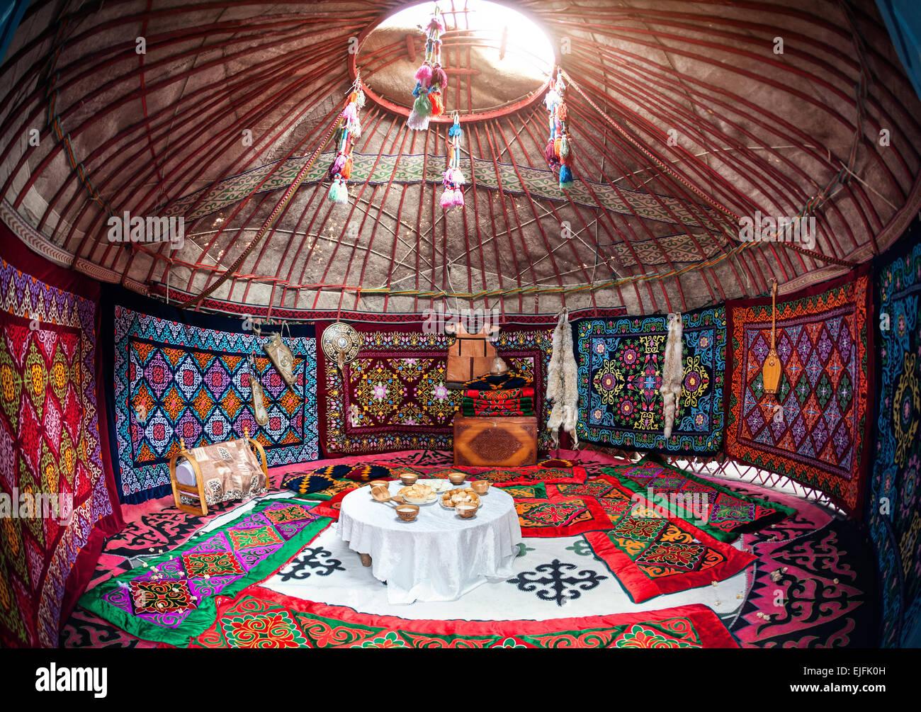 Ethnic nomadischen Haus Jurte Interieur mit Inhaltsverzeichnis Nationalgericht bei Nauryz Feier Stockbild