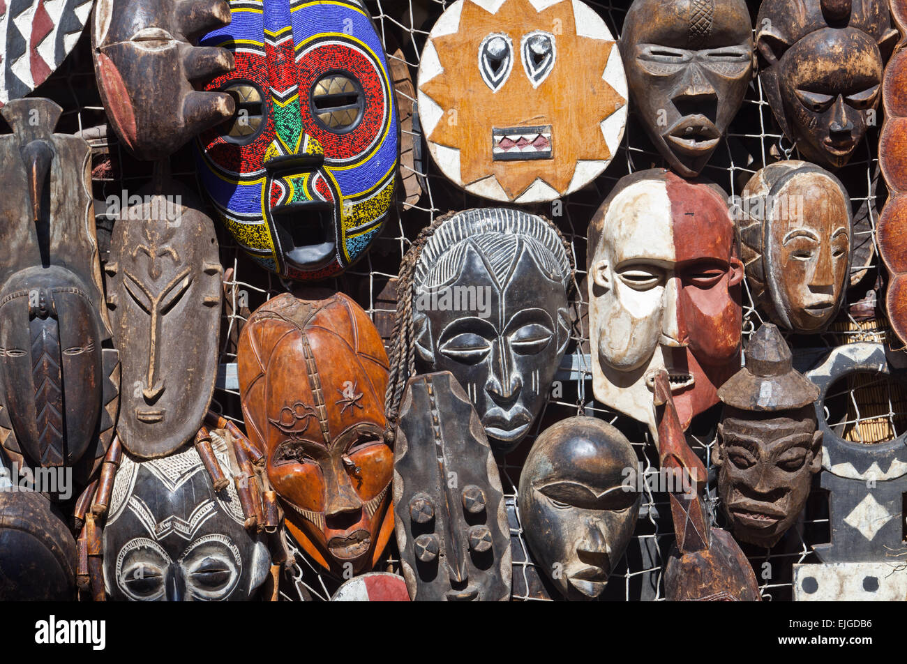 traditionelle afrikanische masken f r h ngen an einem. Black Bedroom Furniture Sets. Home Design Ideas