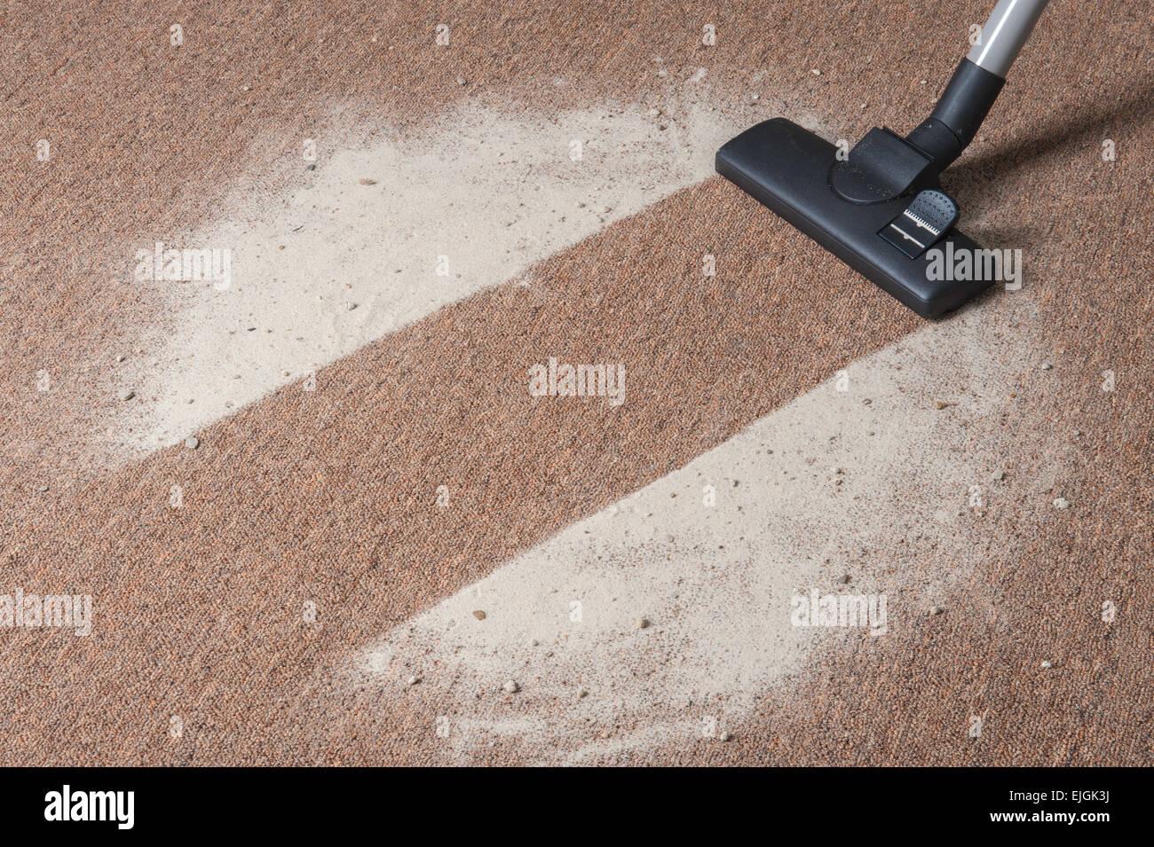 Staubsaugen Schmutz auf Teppichböden Stockbild