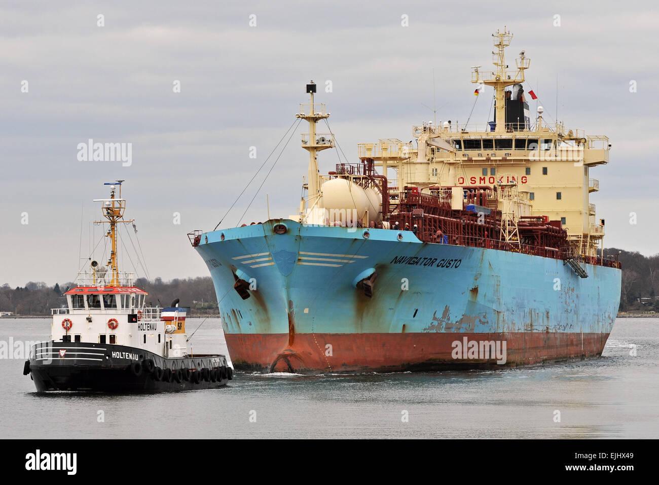LPG-Tanker Navigator Gusto mit Schlepper Holtenau Stockbild