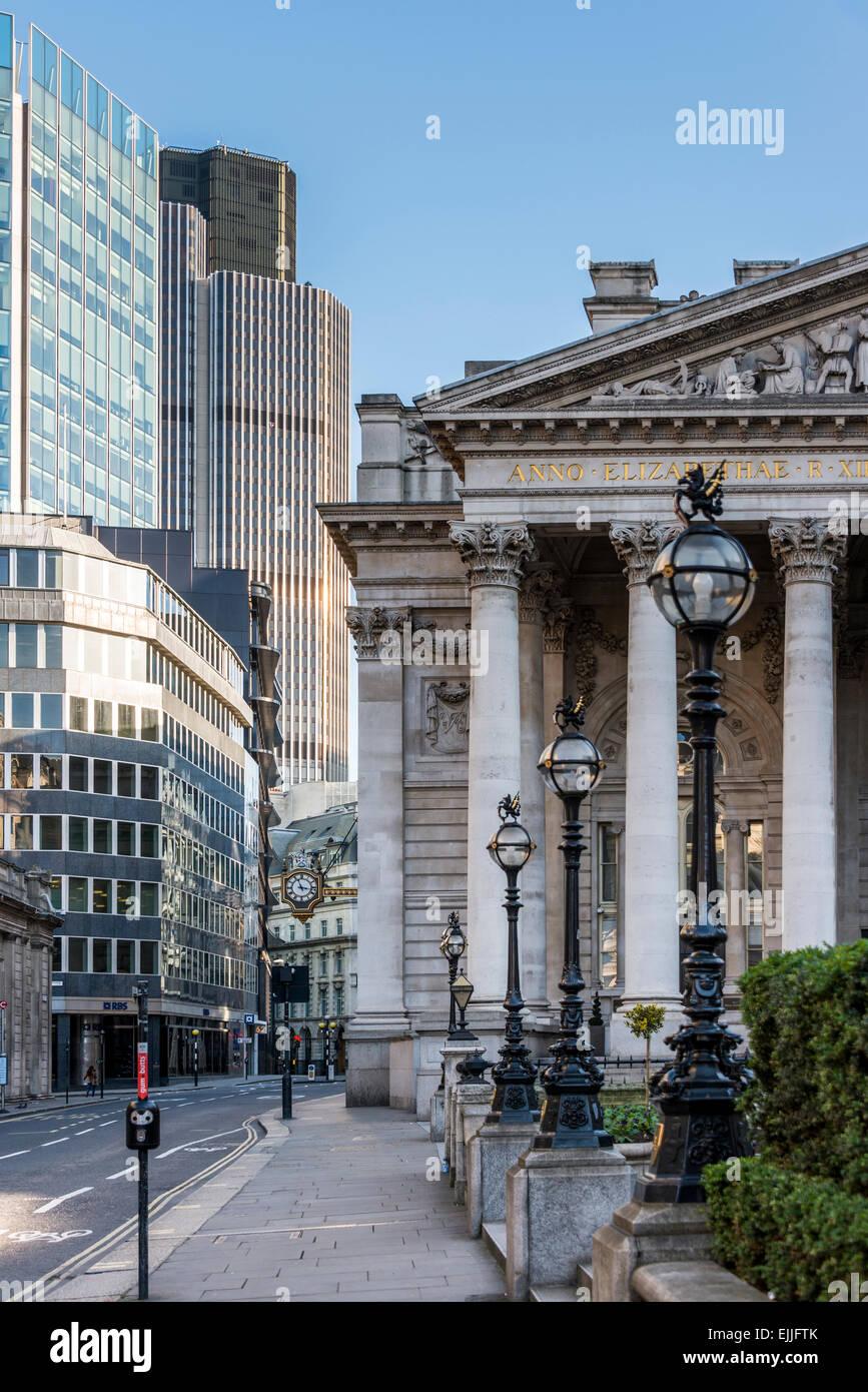 Tiefblicke Threadneedle Street, die Royal Exchange und Tower 42 in der City of London, UK Stockbild