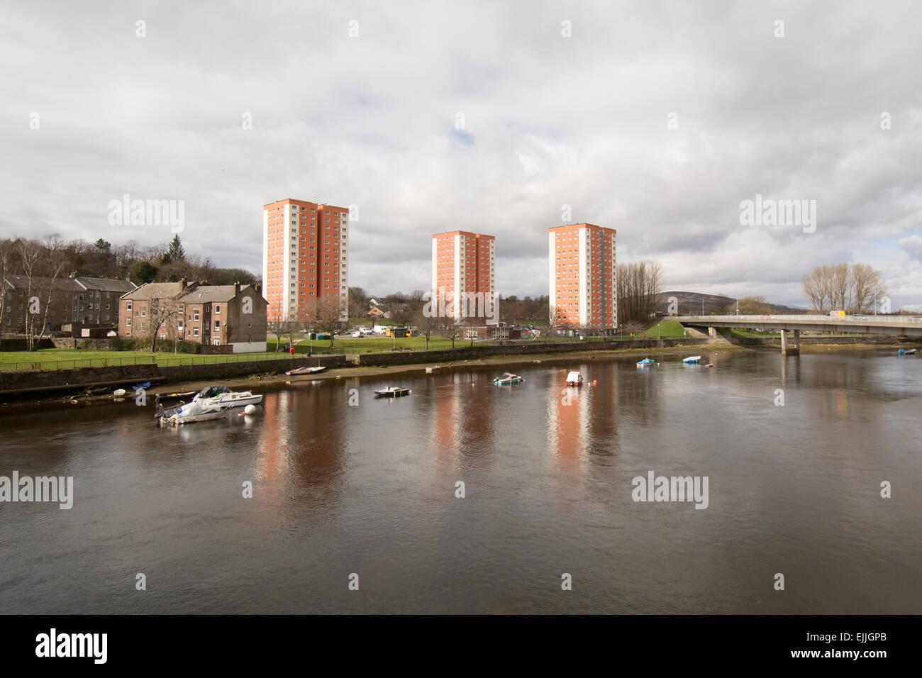 Neu renoviert und isoliert Hochhaus Wohnungen spiegelt sich in den Fluss Leven, West Bridgend, Dumbarton, Schottland Stockbild