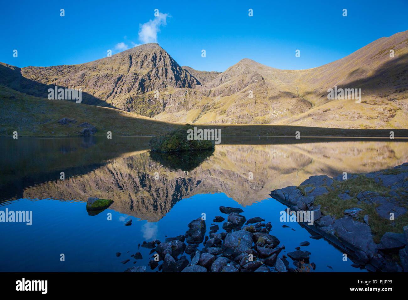 Carrauntoohil und Beenkeragh spiegelt sich in Lough aufgerufene, Hag es Glen, MacGillycuddys stinkt, County Kerry, Stockbild