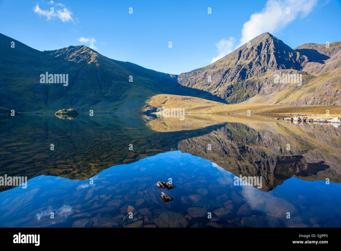 Carrauntoohil spiegelt sich in Lough aufgerufene, Hag es Glen, MacGillycuddys stinkt, County Kerry, Irland. Stockbild