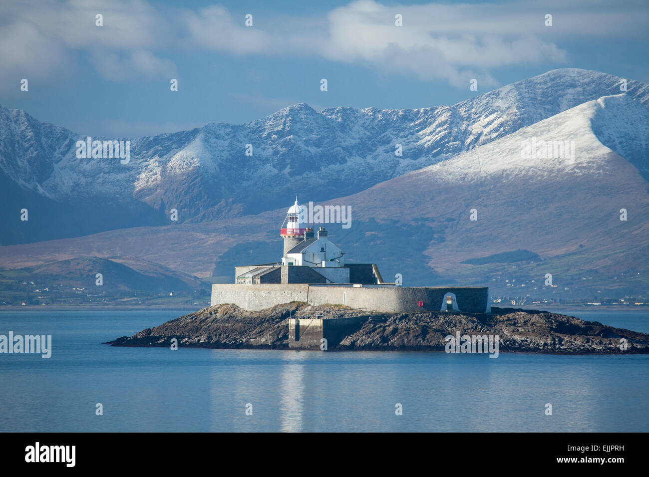 Fenit Island Lighthouse und die Brandon massiv, Tralee Bay, der Halbinsel Dingle in der Grafschaft Kerry, Irland. Stockbild