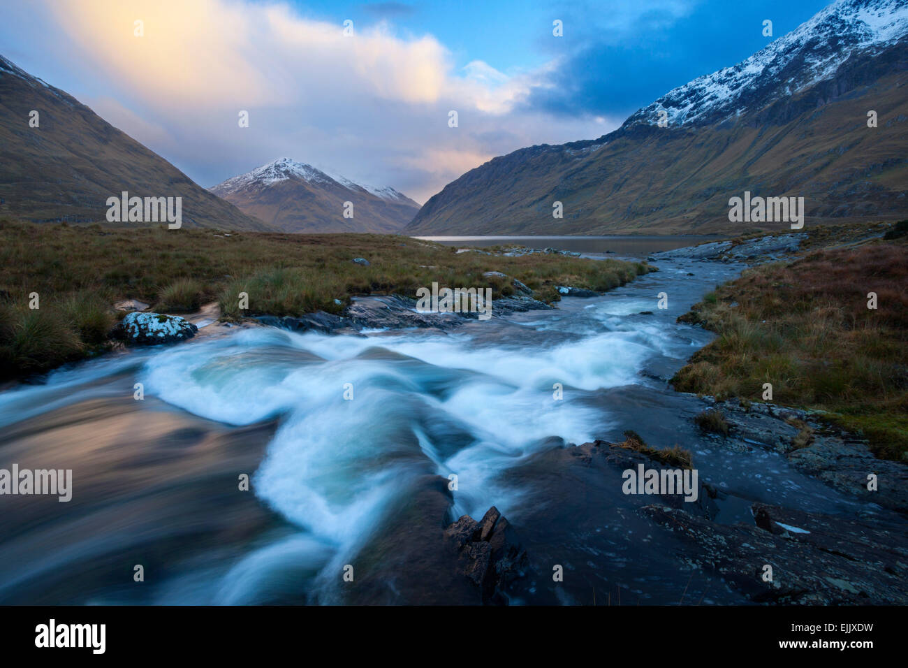 Winter-Sonnenuntergang am Glencullin Fluss und Doolough, County Mayo, Irland. Stockbild