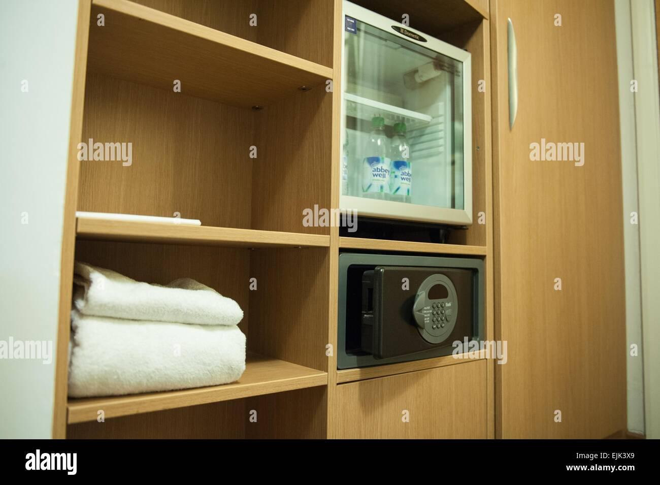 Minibar Als Kühlschrank Nutzen : Novotel hotelzimmer minibar kühlschrank und safe stockfoto bild