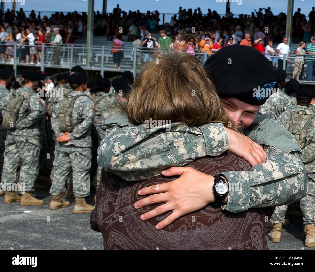 Ein Neuer Soldat Umarmt Ihre Mutter Zum Abschluss Der Feierlichen