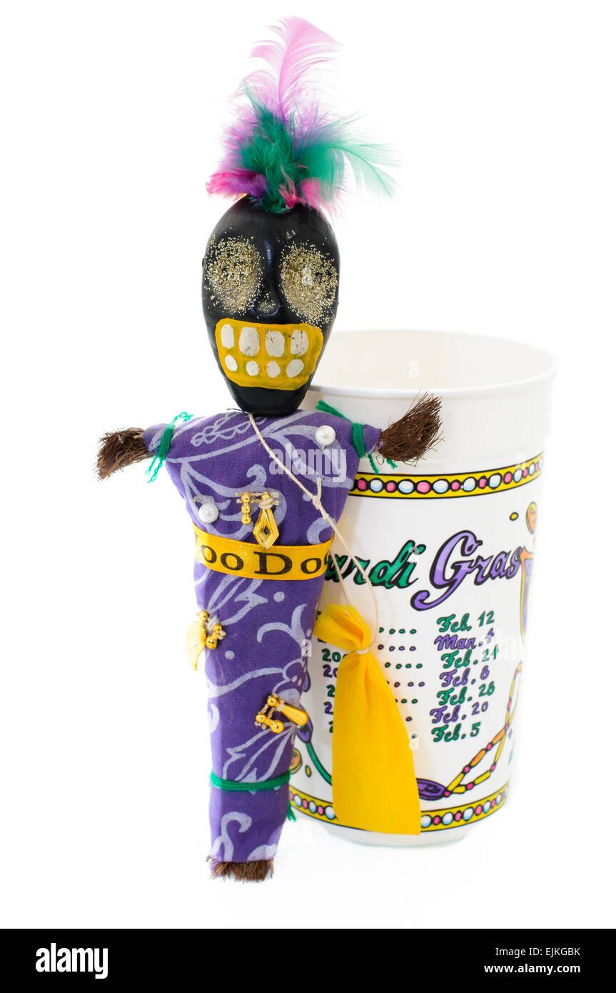 Voodoo-Puppe mit Charme, Pins und Haar Tasche neben einem Plastikbecher Inserat Termine der Mardi Gras in New Orleans Stockfoto
