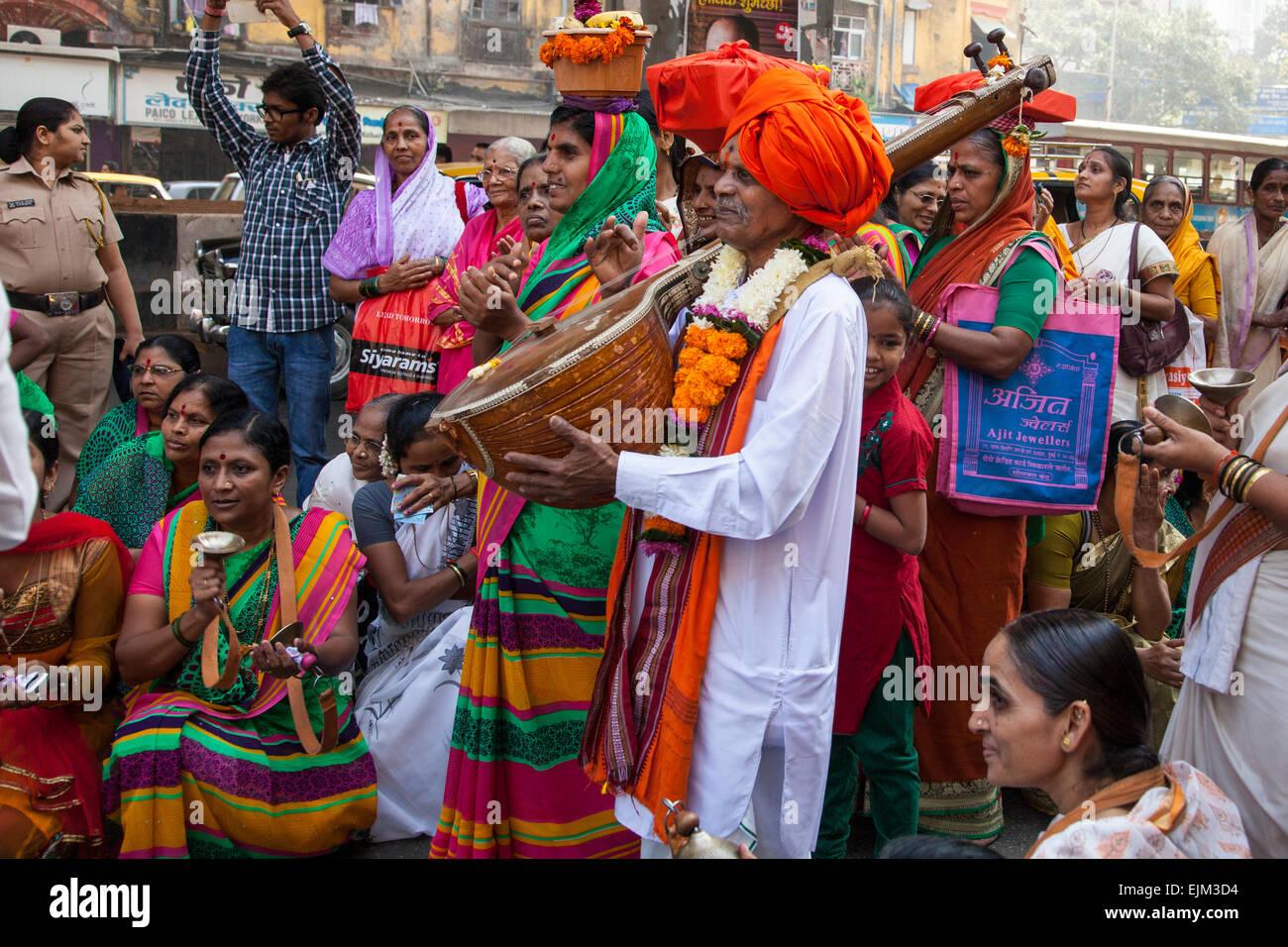 ein indischer Musiker spielen Laute zu einer Gruppe von Frauen in Mumbai, Indien Stockbild
