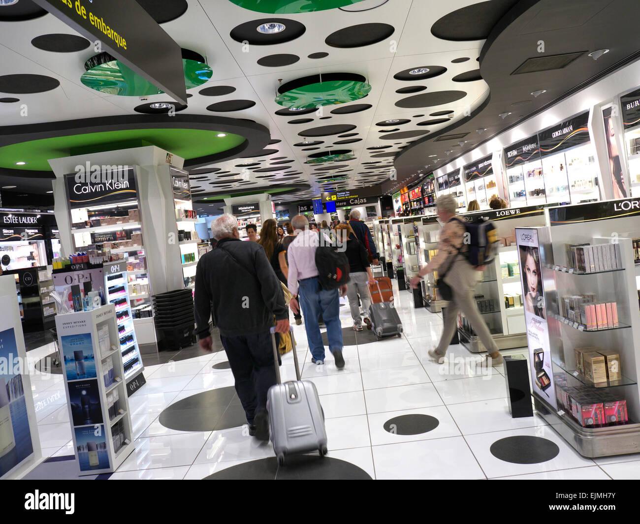 Flughafen Passagiere durch Duty-Free-Läden auf dem Weg zur Airline Flugsteige geleitet Stockbild