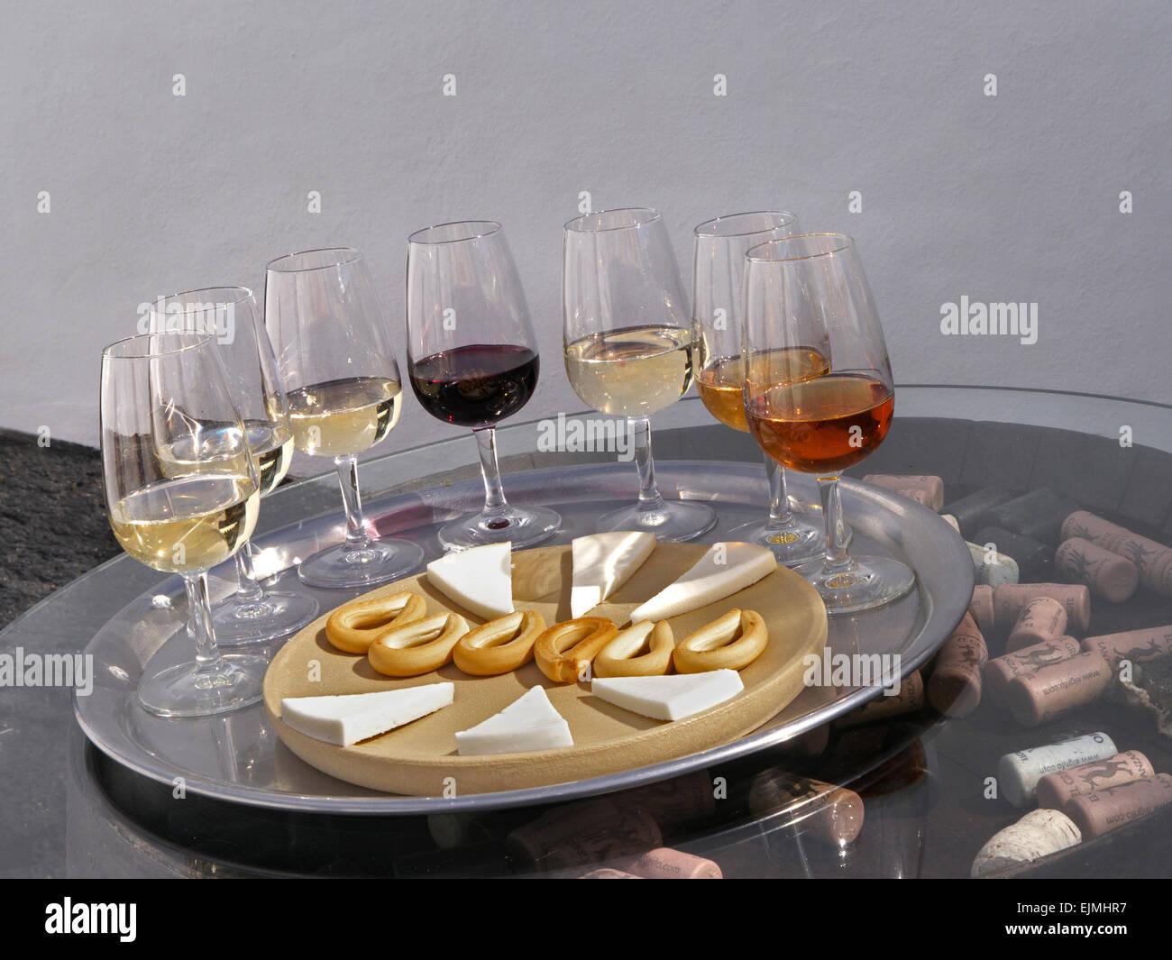 Alfresco sonnigen Weinprobe mit roten und weißen Weine, Käse und Hundekuchen am Fass Ende mit Korken Stockbild