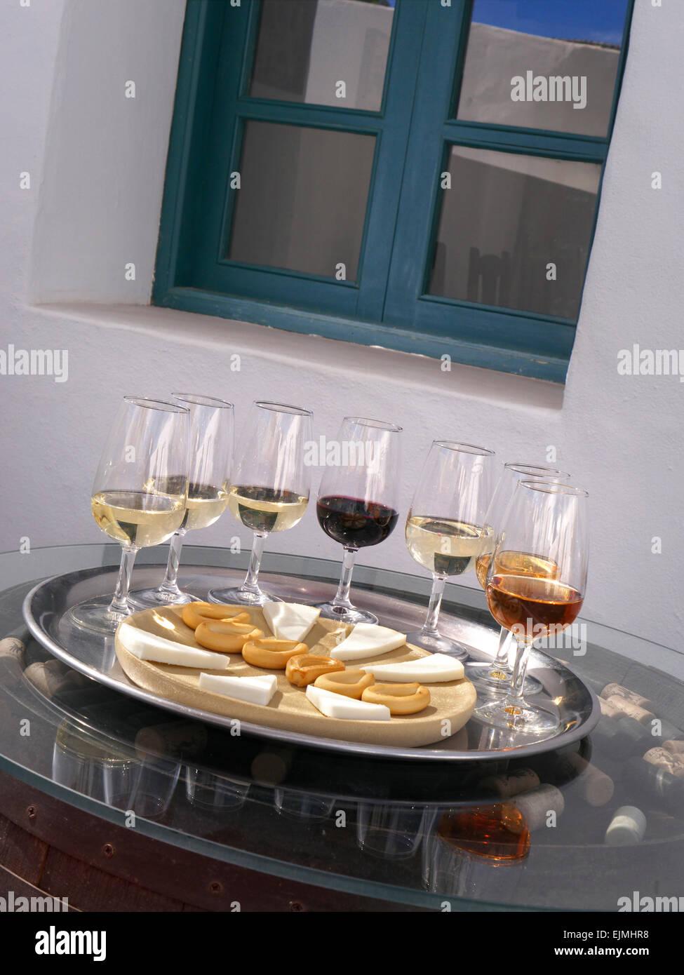 Alfresco Weinprobe mit Auswahl an rot- und Weißweinen mit Käse und Hundekuchen am Fass Ende mit Korken Stockbild