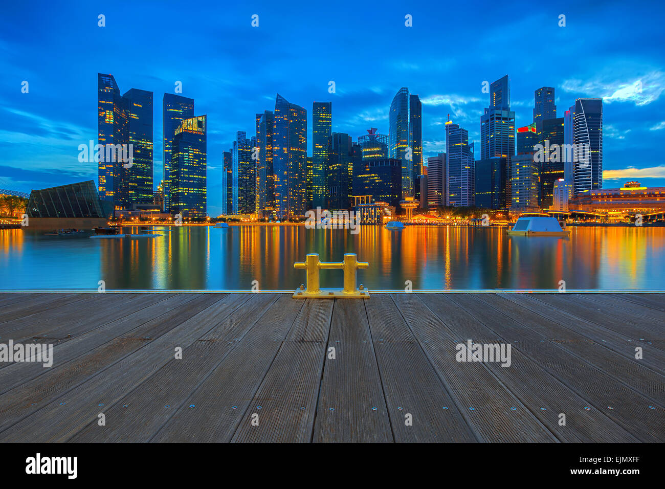 Skyline von Singapur gesehen vom pier Stockbild