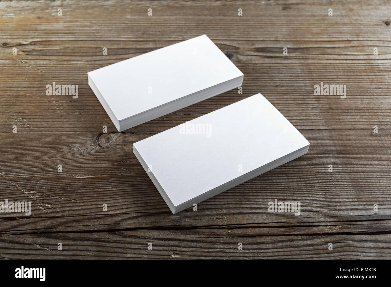 zwei stapel leer visitenkarten auf einem dunklen hintergrund aus