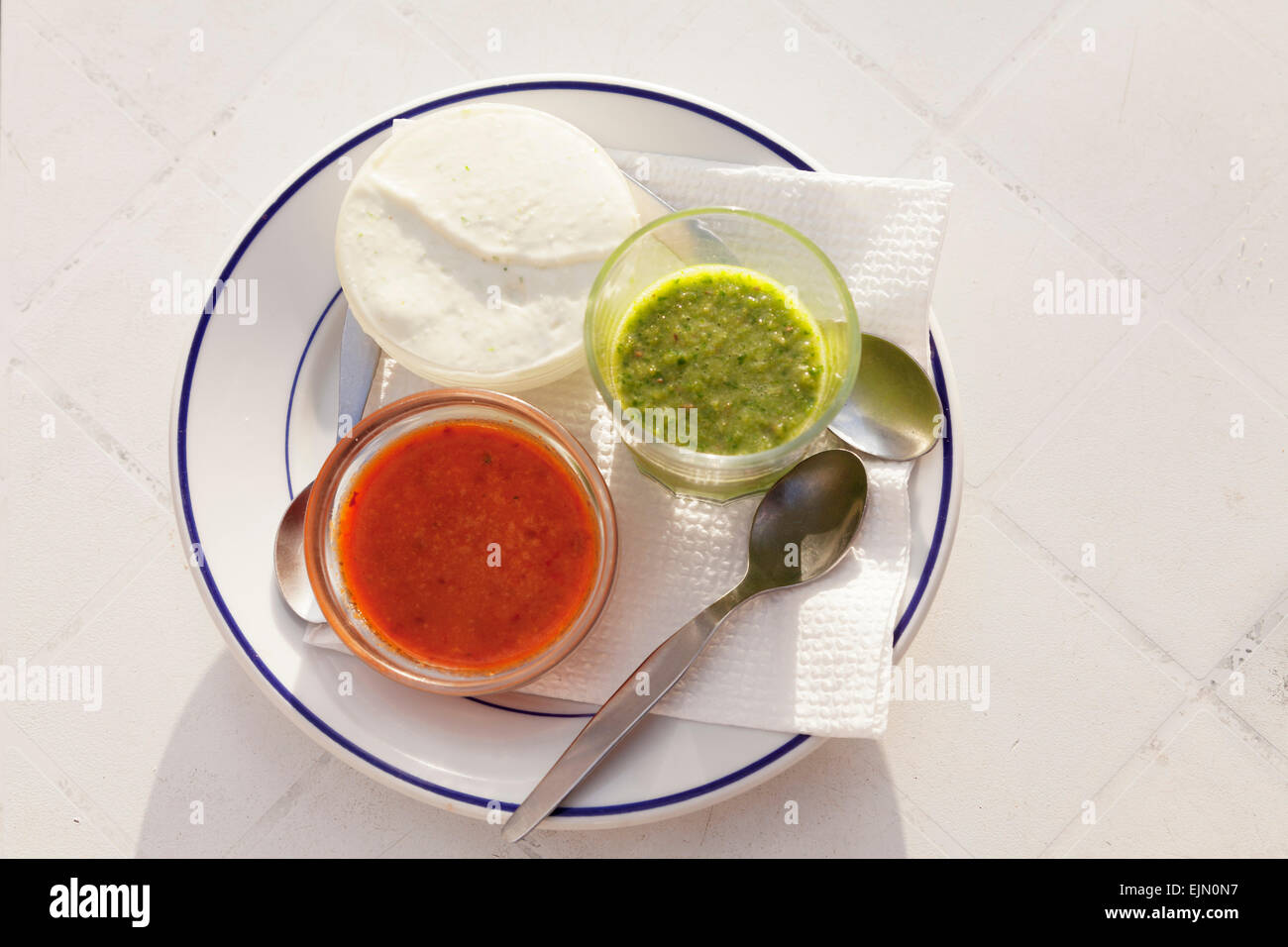 Mojo Rojo, Mojo Verde, rote und grüne Sauce und Mojo de Queso, weiße Frischkäse, La Gomera, Kanarische Stockbild
