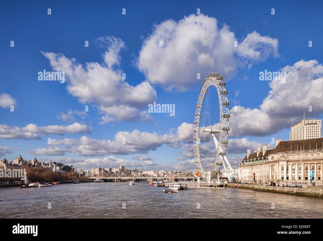 Blick auf die Themse flussabwärts von Westminster Bridge, die Millennium Bridge, London Eye und County Hall. Stockbild