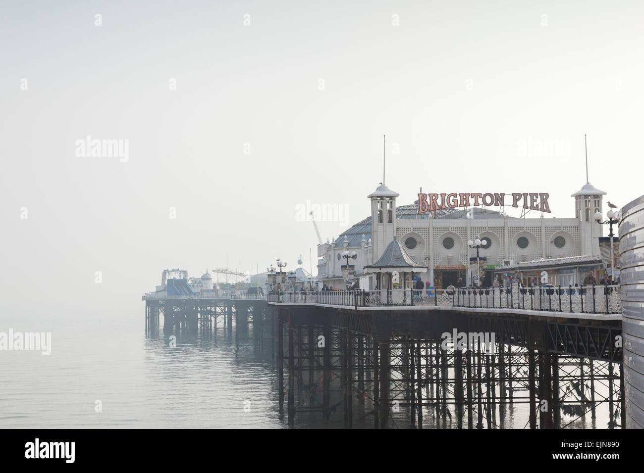 Brighton Pier an einem nebligen, weiche, warme Frühlingstag, Sussex, England. Stockbild