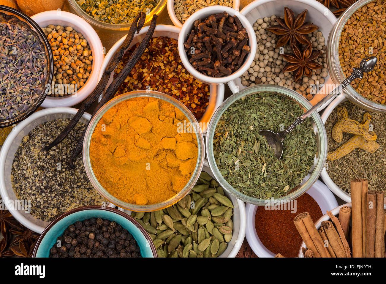 Eine Auswahl von getrockneten Kräutern und Gewürzen. Verwenden Sie in der Küche eine Mahlzeit Würze Stockbild