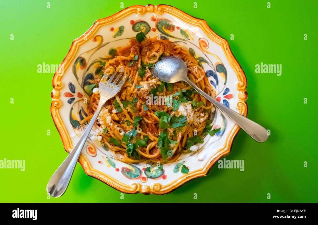 Spaghetti mit Sardinen und Oliven in reich verzierten italienischen Schüssel, ein sizilianischer klassisches Stockbild