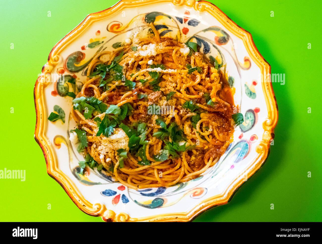 Spaghetti mit Sardinen in reich verzierten italienischen Schüssel, einem sizilianischen Rezept Stockbild