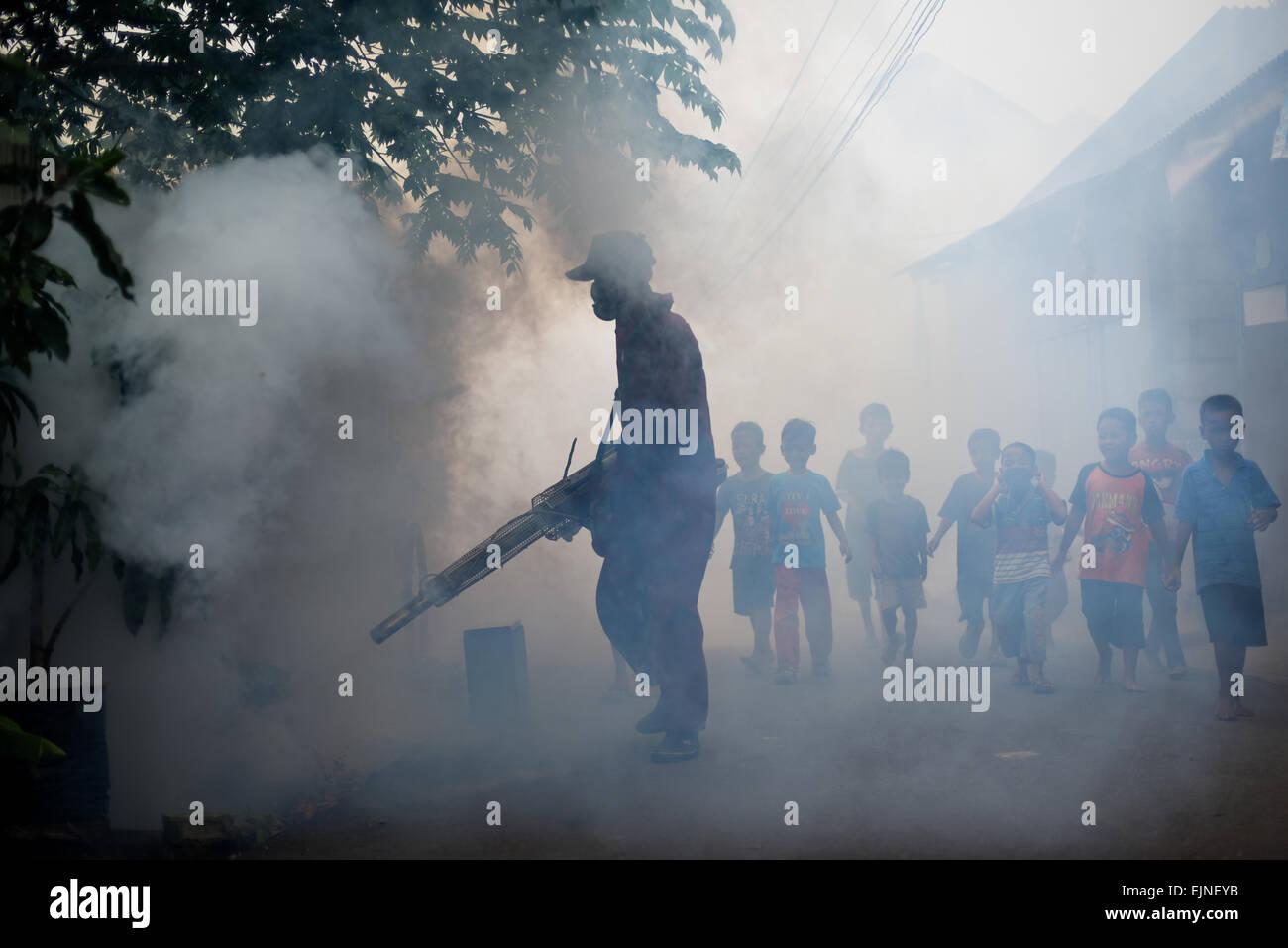 Jakarta, Indonesien. 30. März 2015. Mosquito fogging in Vorort von Kebon Jeruk stattfindet, weiterhin ein Sub-Distrikt Stockfoto