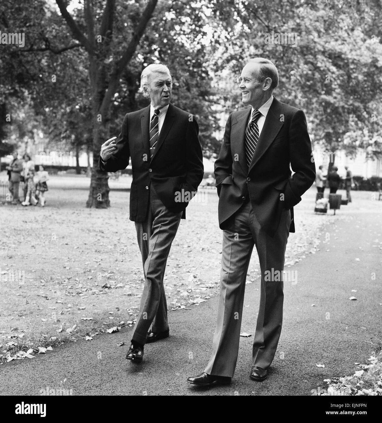 Hollywood-Stars Henry Fonda und James Stewart Fuß über den Grosvenor Square in London. Sie sind beide Stockbild