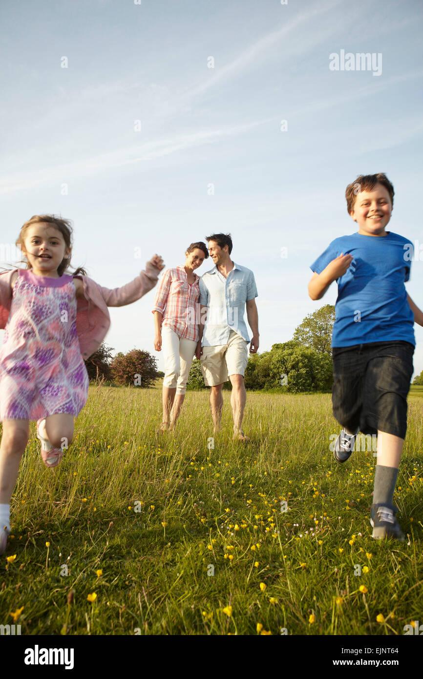 Eine Familie, zwei Eltern und zwei Kinder im Freien im Sommer. Stockbild