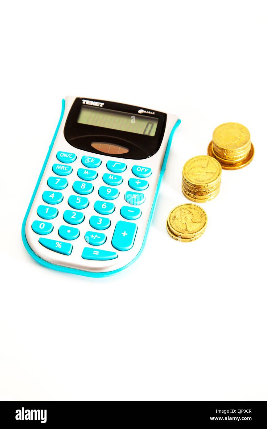 Taschenrechner und Geld Bargeld Pfund-münzen Stapel Finanzen Finanzen arbeiten arbeiten isoliert Ausschnitt herausgeschnitten, Stockfoto