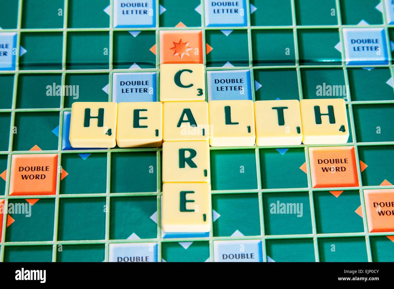 Health care nhs Krankenhaus Krankenhäuser Ärzte Wörter mit Scrabble Fliesen um Schreibweise zu veranschaulichen Stockbild